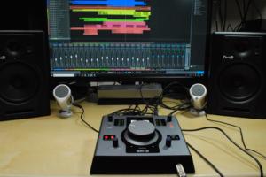2つのスピーカーを切り替えて聴き比べられるモニタリングに特化したオーディオインターフェイス、Fluid Audio SRI-2をRolandが発売